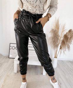 črne hlače v videzu usnja